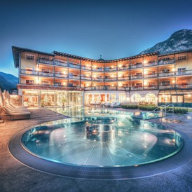 Wellnesshotel: Außenansicht mit Therme - POST Family Resort